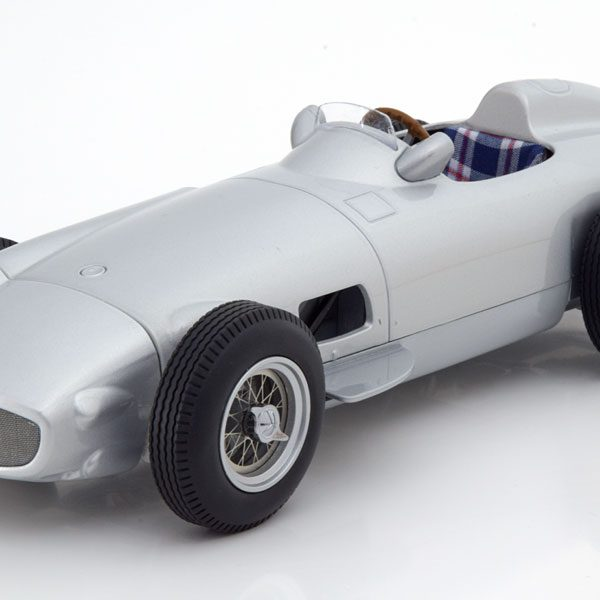 Mercedes-Benz W196 Plain Body Version 1954 Zilver 1-18 Iscale