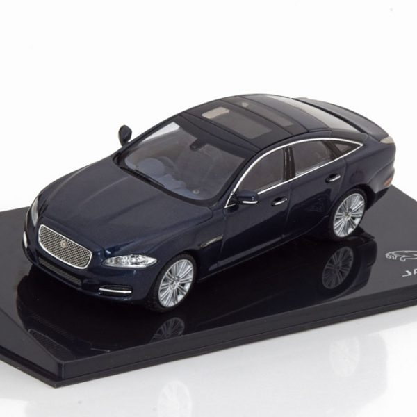 Jaguar XJ Limousine Donkerblauw Metallic 1-43 Ixo Models