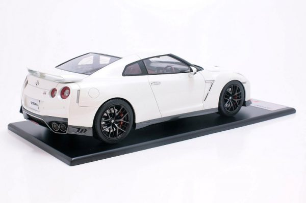 Nissan GT-R R35 2017 Brilliant White 1-18 Tarmac Works Limited 252 Pieces