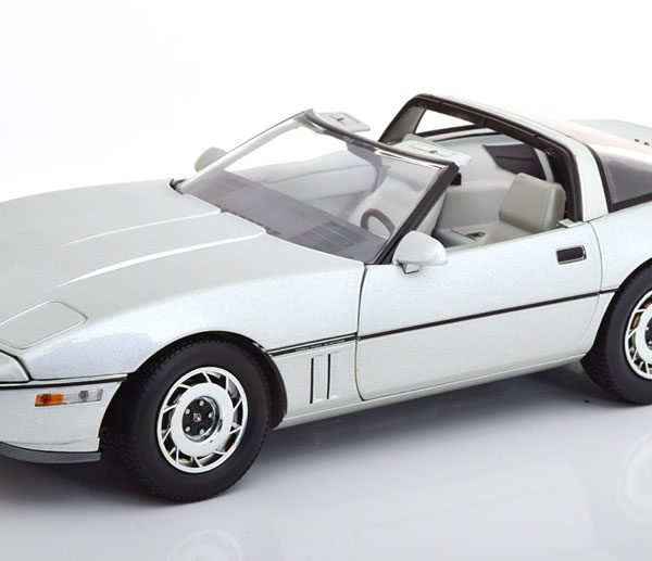 "Chevrolet Corvette C4 1984 ""Best Production Sports Car In The World"" Zilver 1-18 Greenlight Collectibles"