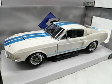 Shelby Mustang GT500 1967 Wit met blauwe strepen 1-18 Solido