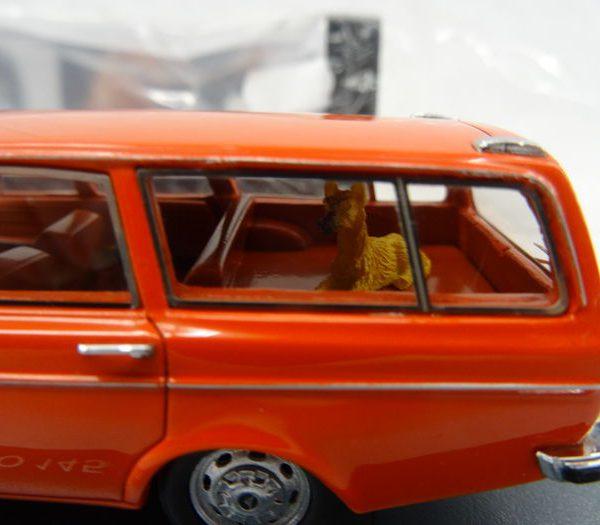 Volvo 145 1971 met hond Rood 1-43 Neo Scale Models