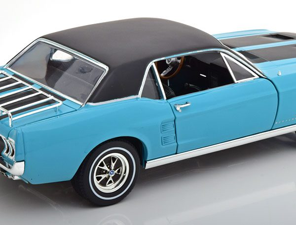 """Ford Mustang 1967 """"Ski Country Special"""" Blauw / Zwart 1-18 Greenlight Collectibles"""