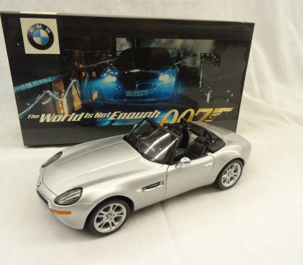 "BMW 8 James Bond 007 ""The world is not enough"" 1-18 Zilver Kyosho"