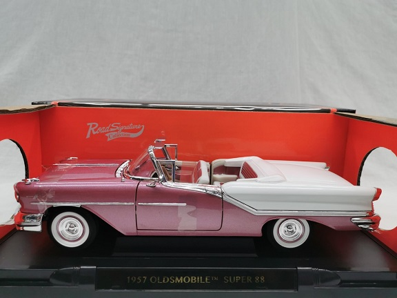 Oldsmobile Super 88 1957 Paars/ Wit 1-18 Lucky Diecast