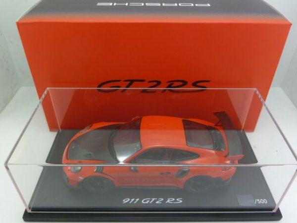 Porsche 911 (991 II) GT2 RS - 2017 met Vitrine Lava Orange 1-18 Spark