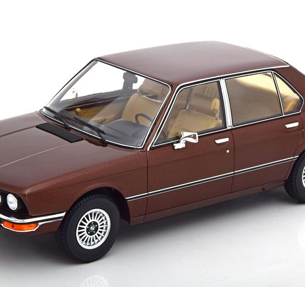 BMW 520 ( E12 ) 1974 Donkerbruin Metallic 1-18 MCG Models ( Metaal )