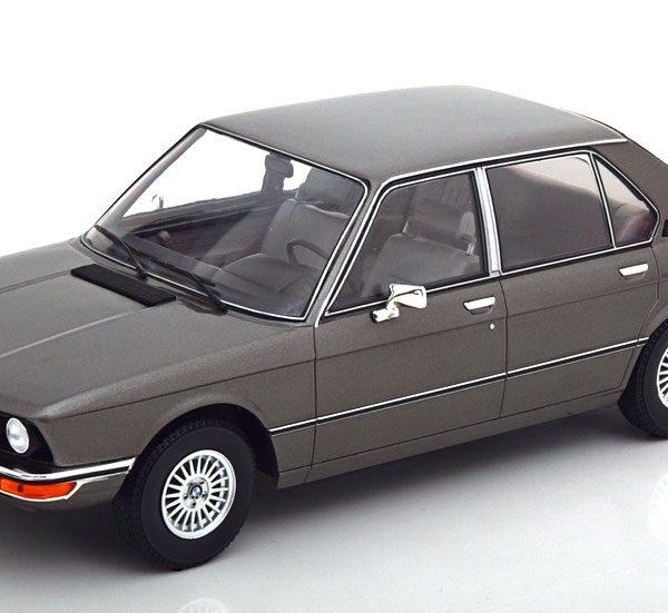 BMW 520 ( E12 ) 1974 Antraciet Metallic 1-18 MCG Models ( Metaal )