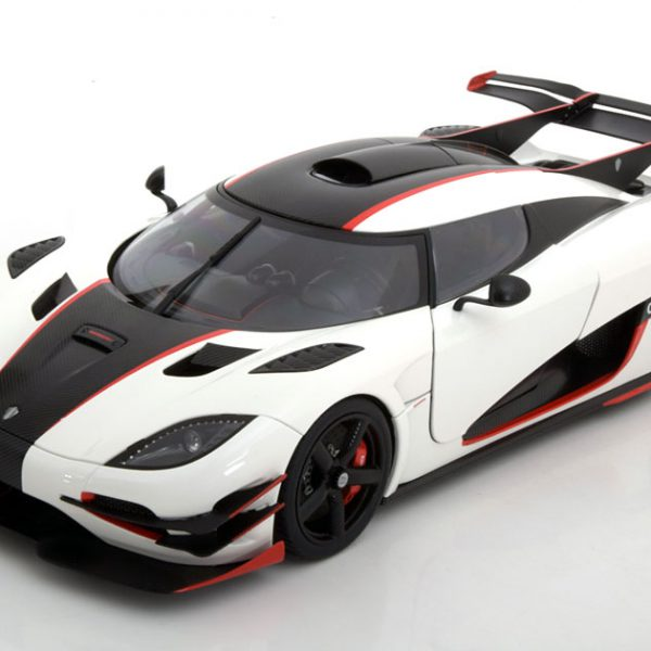 Koenigsegg One 1 2014 Wit / Carbon 1-18 Composite Diecast Car