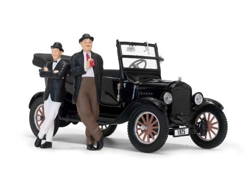Ford Model-T Touring 1925 ( Open ) & Laurel and Hardy Figurine Zwart 1-24 Sun Star