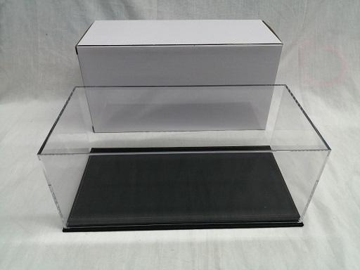Kunststof Vitrine kast voor het stofvrij etaleren van uw 1-18 schaalmodel Afmetingen: 30X10X15 cm Met Zwarte onderplaat.