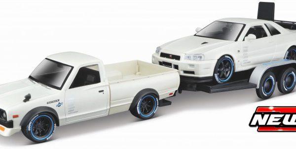 Datsun 620 Pick Up 1973 + Nissan Skyline R34 GT-R 1999 ( 2 Car Set + Plus Trailer ) Wit 1-24 Maisto Design